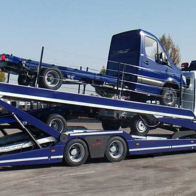 Lohr car-carrier, from the Eurolohr 200 range, loaded with 4 vans trailers.