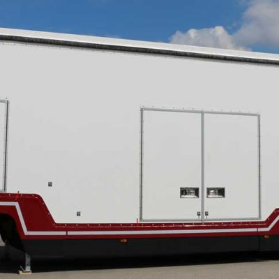 Semi-trailer Confidential SHR, enclosed car-carrier of Lohr, here without tractor.