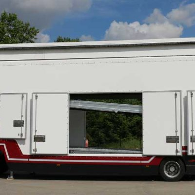 Enclosed Lohr car-carrier from the Confidential SHR range, view of the side, the 3 doors are open, and the top deck appear thru them.