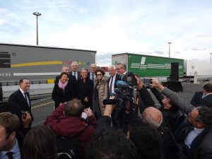 Elisabeth Borne and some important people in front of a train of Lohr UIC Wagons.