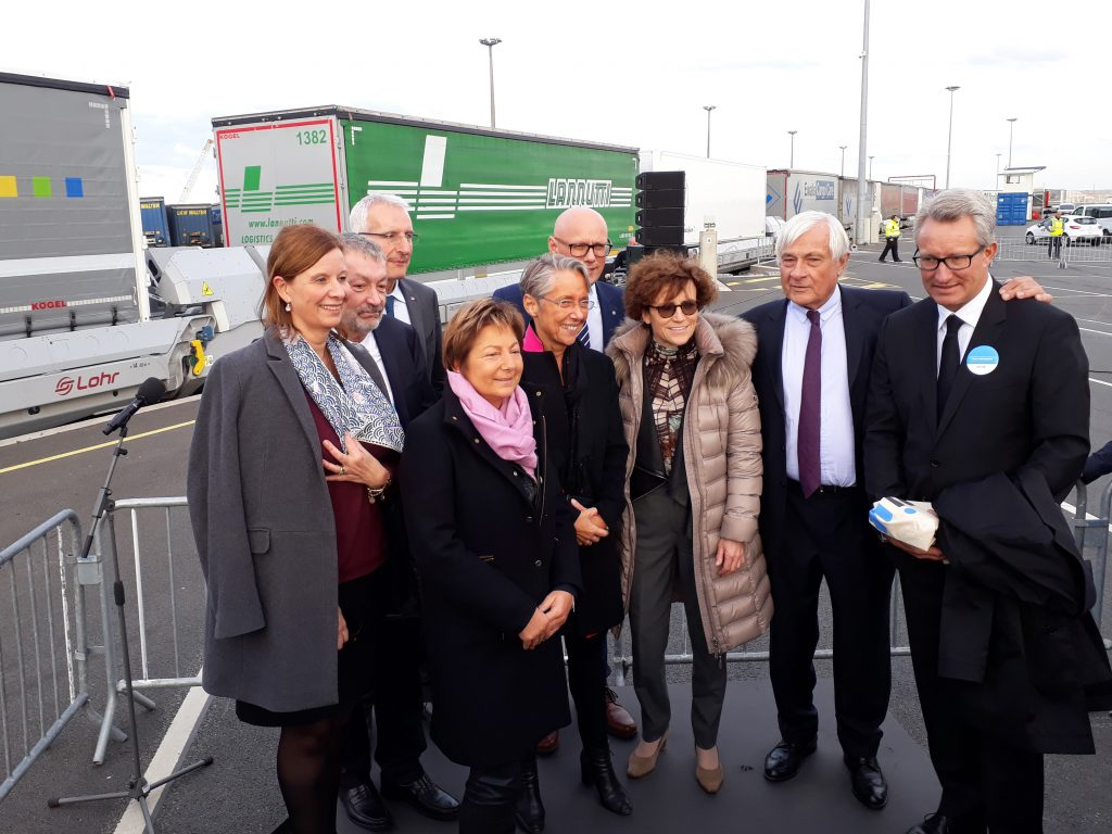 Elisabeth Borne, Marie-José Navarre and some important people in front of a train of Lohr UIC Wagons.