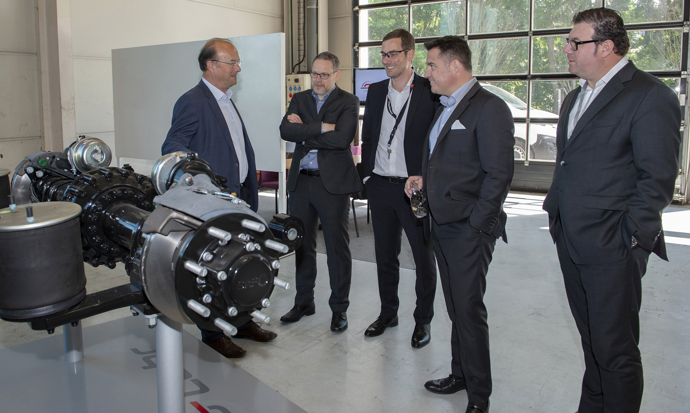 Mr Fity, Managing Director of Lohr Group, presents the Axeal electric axle to the SAF Holland group delegation.
